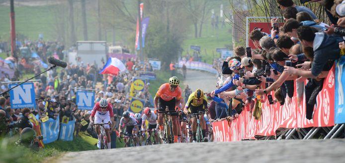 De Ronde van Vlaanderen van vorig jaar: Mathieu van der Poel (uiterst links), Greg Van Avermaet (midden) en Wout van Aert (uiterst rechts) op de toen nog wel drukbevolkte Paterberg.