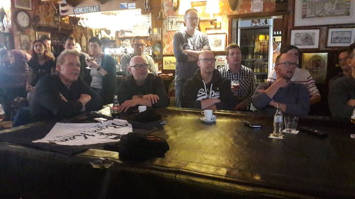 De fans volgen thuis in hun supporterscafé Huis ten Bos vooral aandachtig het WK veldrijden, waarop hun held Ryan Kamp de titel pakt.