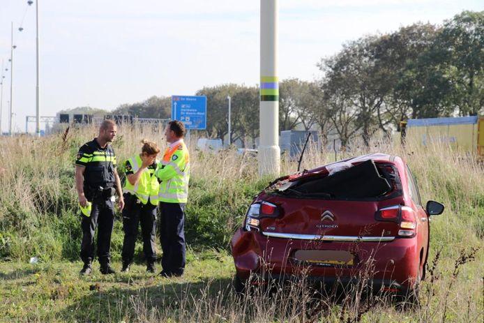 De auto sloeg over de kop. De bestuurster is naar het ziekenhuis gebracht.