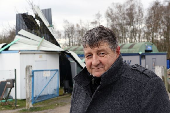 Commandant Dirk Grootaers was snel ter plaatse, maar toen was het volledige dak al weggeblazen.