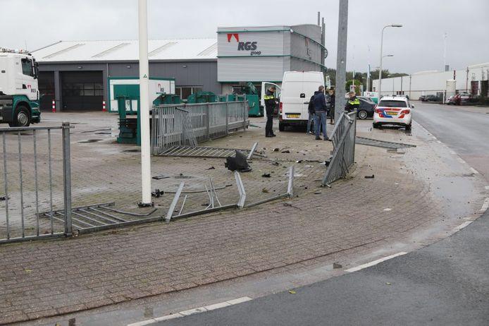 Veel schade nadat een busje door een hek is gereden in Rijssen.