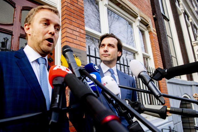 Thierry Baudet (R) en vicevoorzitter Lennart van der Linden staan de pers te woord.