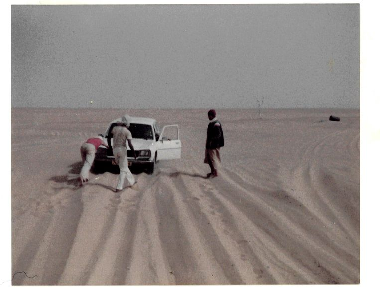 We zitten vast en krijgen hulp van Algerijnen met wie we in konvooi door de Sahara trekken. Beeld