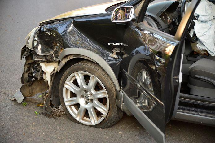 De auto raakte bij de botsing flink beschadigd