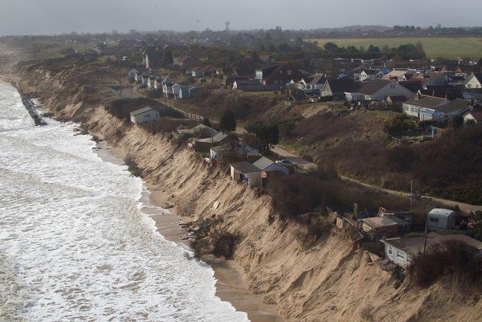 Door erosie dreigden zeven huizen aan de Britse oostkust in zee te belanden.