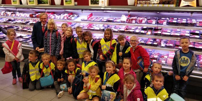 Willy ging graag op foto met de kinderen van Stap voor Stap Hakendover.