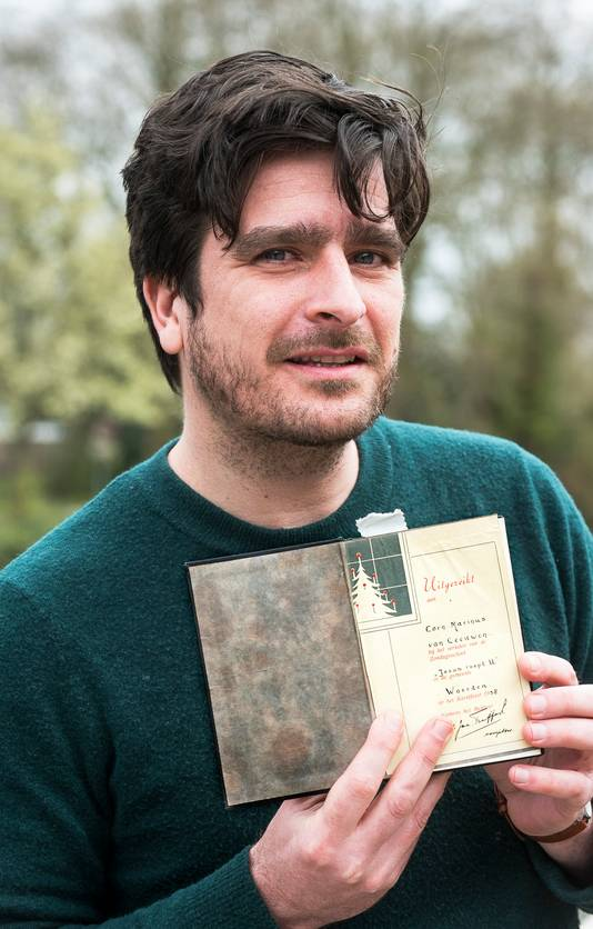 Oscar Kocken met de bijbel die z'n opa kreeg van een vluchteling in bevrijd Duitsland.