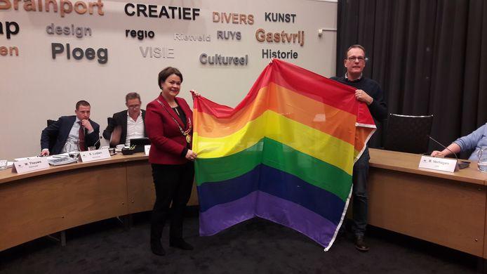 Raadslid Vermeulen (rechts) biedt burgemeester Callewaert van Bergeijk de vlag aan.