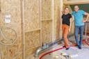 Schaarste op de bouwmaterialenmarkt. Dat merken ook Robbert Boon en Sandrina van Zunderd, die bezig zijn met een zelfbouwproject.