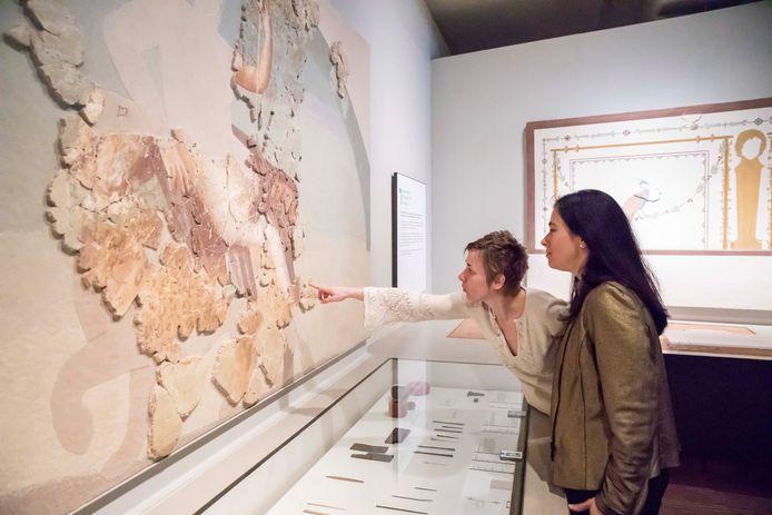 Archeologe Petra Driesen en coördinator van het Gallo- Romeinsmuseum Else Hartoch staan bij het levensgroot fresco, een topstuk en één van de 120.000 objecten die zijn opgegraven op de plaats waar nu het museum staat.