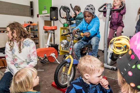 De kinderen van de Freinetschool zetten hun beste wielerbeentje voor.