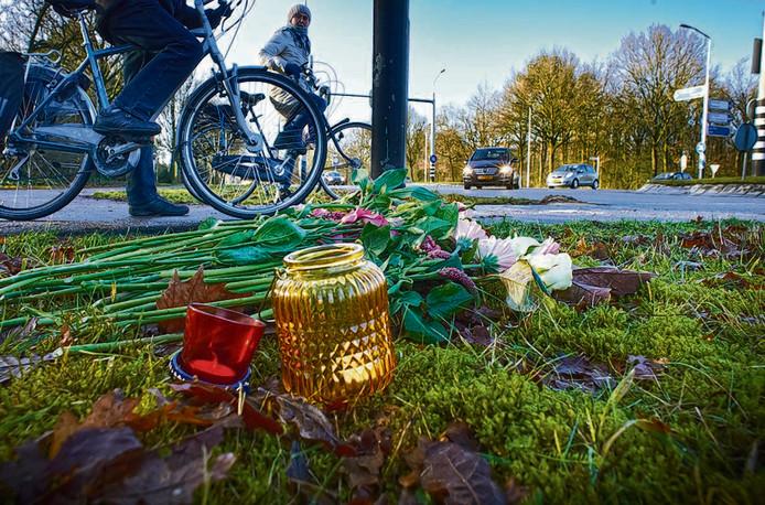 Bloemen en lichtjes op de plek van het dodelijk ongeval in Oss. foto Jeroen Appels/Van Assendelft
