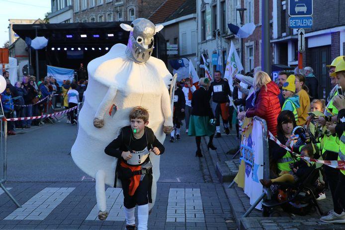 Op Kweikersdag vindt de Lazuur plaats: een aflossingswedstrijd waarbij de deelnemers een zelfgemaakt schaap moeten dragen.
