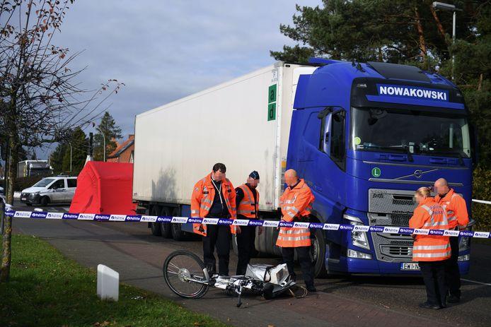 De fiets belandde naast de stuurcabine van de vrachtwagen.