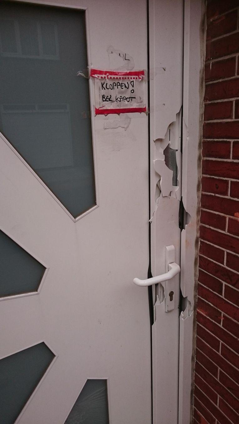 De beschadigde deur van het huis in de Aartrijkestraat na de home invasion in maart dit jaar.