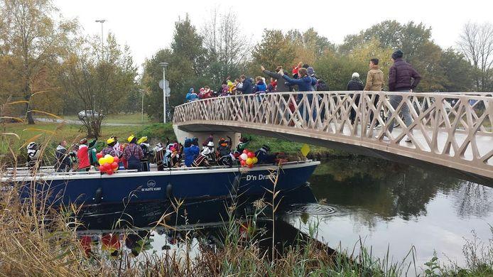 De bootjes moeten onder de lage bruggen door