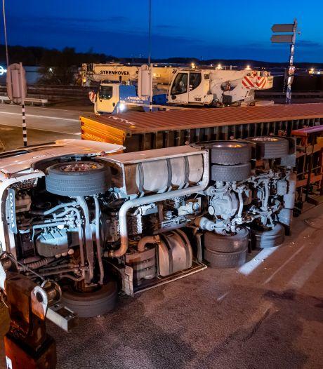 Vrachtwagen met zeecontainer kantelt in Rotterdam, chauffeur komt met de schrik vrij