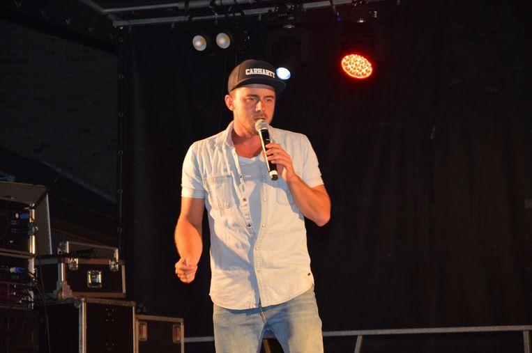Zanger Dean tijdens het eerste parkconcert in Haaltert, op het plein aan het Warandepark.