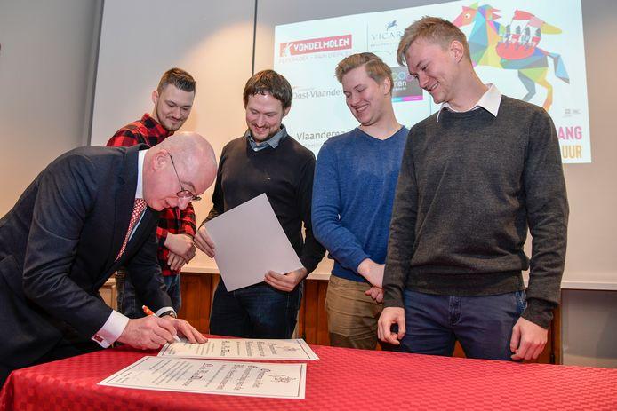 Burgemeester Piet Buyse ondertekent de toetreding tot het Genootschap van de Heemskinderen van de broers Van Damme, de Heemskinderen van 2010.