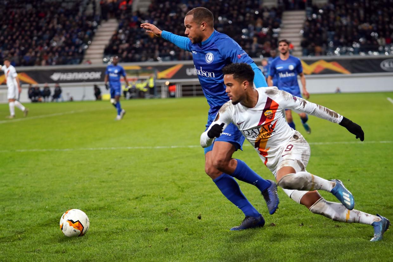 AS Roma-aanvaller Justin Kluivert sprint naar de bal, Vadis Odjidja van AA Gent probeert hem af te stoppen. Beeld Getty Images