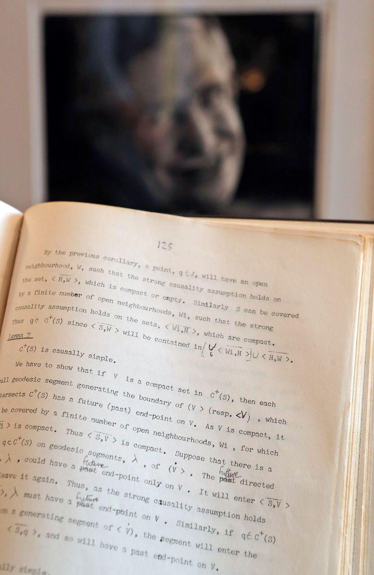 Een met de hand gecorrigeerd manuscript van Stephen Hawking gaat in Londen onder de hamer.