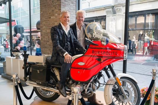 De mannen van Van Dael op de blikvanger in hun etalage: een motor van de rijkspolitie.