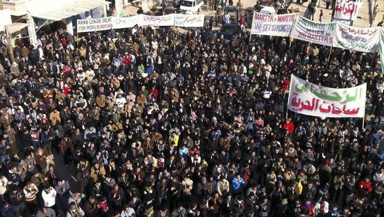 Demonstranten protesteren tegen de Syrische president Bashar al-Assad in Binsh, vlakbij Adlb, op 30 december. Beeld reuters