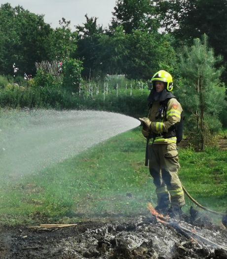 Brandweer blust brandje in boomgaard in Bennekom