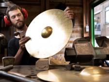 Tielse gongsmid Blauwhof boetseert met klanken: 'Mensen hebben steeds meer behoefte aan spullen met een ziel'