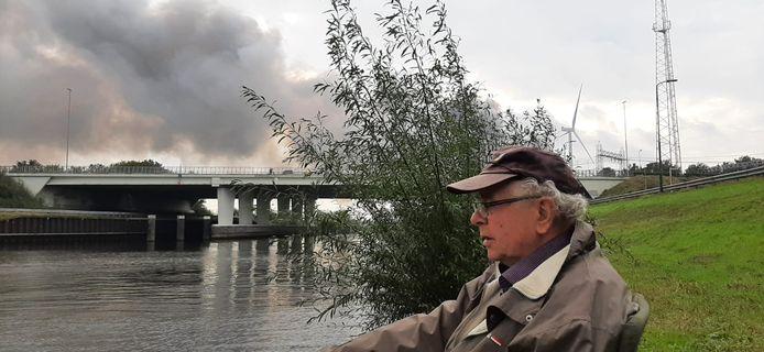 Dungenaar Van der Steen vist  in de Dieze in Engelen. 's Morgens zat hij op nog geen 50 meter van de AVI (achtergrond) te vissen maar moest daar weg snel weg.