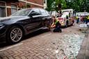 Een auto wordt weggesleept na een explosie in de Korte van Eeghenstraat.