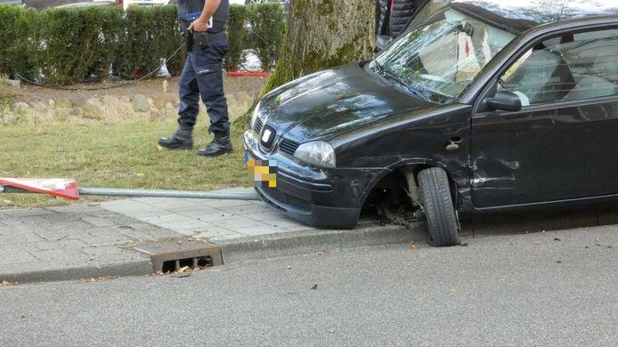 Veel schade na een ongeluk in Enschede, dinsdag aan het begin van de avond.