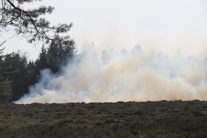 Aan De Kleiberg ten westen van Apeldoorn woedt een heidebrand.