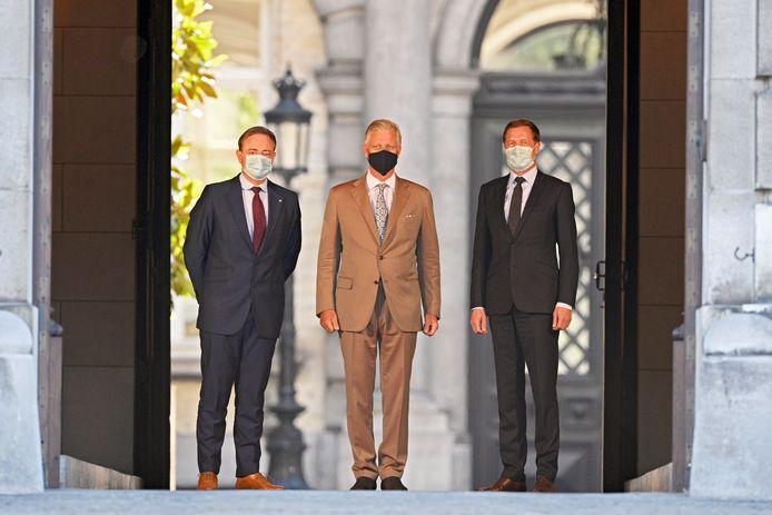 De Wever, koning Filip en Magnette met mondmasker aan het koninklijk paleis.