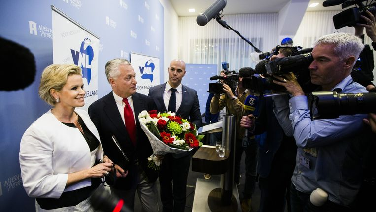 Bram Moszkowicz presenteert zichzelf als politiek leider van de partij Voor Nederland. Aan tafel Laurence Stassen en Joram van Klaveren van VVL. Beeld Freek van den Bergh
