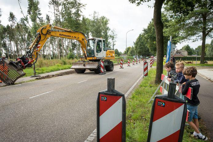 Aron, Mart en Floris bekijken de start van de werkzaamheden aan de Apeldoornseweg.