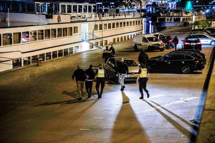 April 2020: politie en handhavers vegen de Arnhemse Rijnkade leeg. Er werden tientallen boetes uitgedeeld en een persoon werd aangehouden.