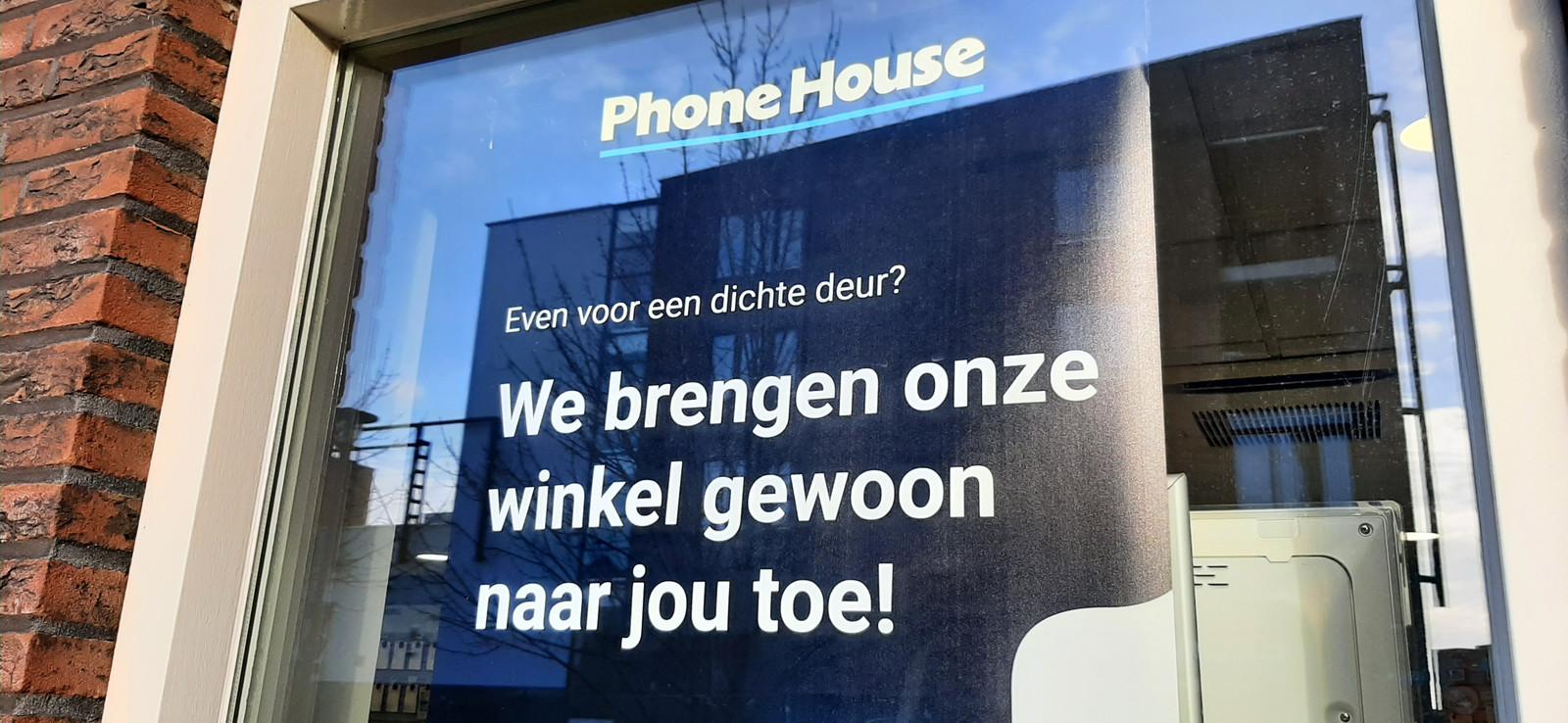 """De Phone House in Etten-Leur laat niemand binnen, strikte regels van het hoofdkantoor, zelfs geen fotograaf van de krant. Kapotte telefoons kunnen worden afgegeven bij de deur. De winkel draait vrij normaal door, zegt medewerker Hans Haverkamp.  ,,We hebben weinig om over te klagen."""""""