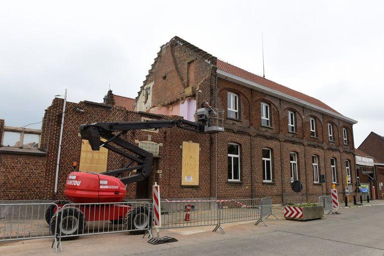 Door de afbraakwerken aan een gebouw naast de school werd een deel van de gebouwen verboden terrein voor de leerlingen.