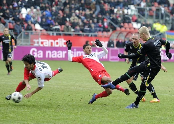 ADO-speler Lex Immers (r) maakt de 1-1. Mark van de Maarel en Anouar Kali van FC Utrecht komen te laat. foto ANP/Pro Shots