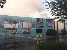 Grote brand bij bedrijf in Isselburg, rook tot in Dinxperlo te zien
