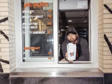 Eminem sert des pâtes aux clients de son nouveau restaurant