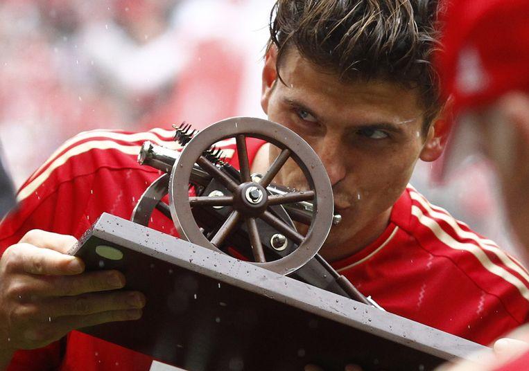 Mario Gomez kreeg een trofee als beste schutter van de Bundesliga. Beeld AP