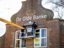 Originele klok prijkt weer op voormalige Boerenleenbank in Ruurlo