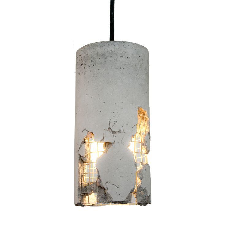 Lamp De 'Delta' lamp is naar eigen smaak aan te passen door het beton in te slaan. 24 x 10 cm, € 130. ljlamps.de Beeld .