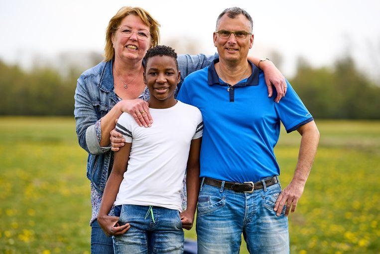 Annelies met man Raymond en zoon Jean-Marie. Hun dagelijkse hoogtepunt is het uitstapje naar een verlaten park in Zoetermeer. Beeld Phil Nijhuis