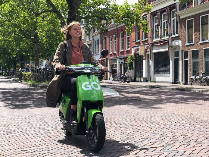 Een scooter van Go Sharing in Delft. De gemeente wil in de toekomst dat stadgenoten vervoermiddelen vaker gaan delen.