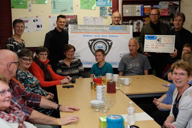 Oldtimerclub Klein-Brabant schenkt 400 euro aan De Schakel.