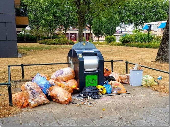 De vrees bestaat dat meer afval naast ondergrondse containers, zoals hier aan de Appelaar in Geldrop, wordt gezet.
