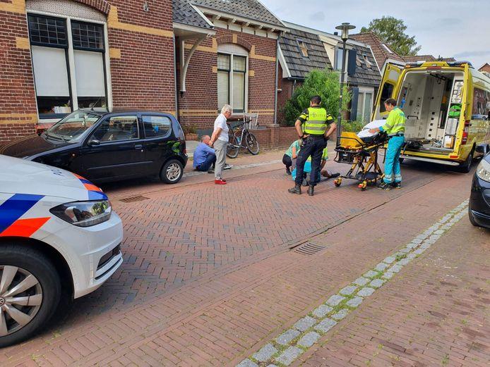De mountainbiker krijgt eerste hulp in Zeddam.